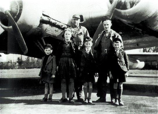 RRC001a WW2 USAAF with children.jpg