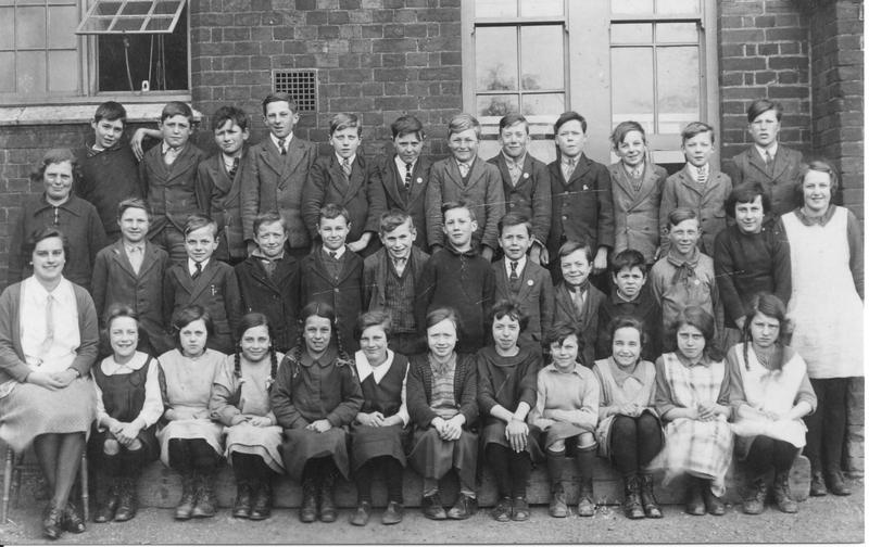 k, Stradbroke School C. 1925 Roy 4th from right mid row.jpg