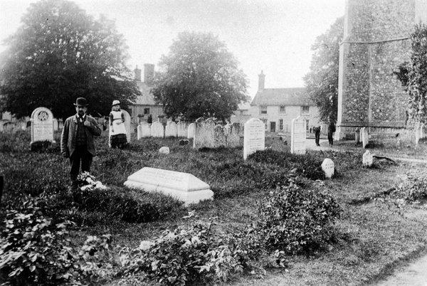 churchyard toward QH c1910.jpg
