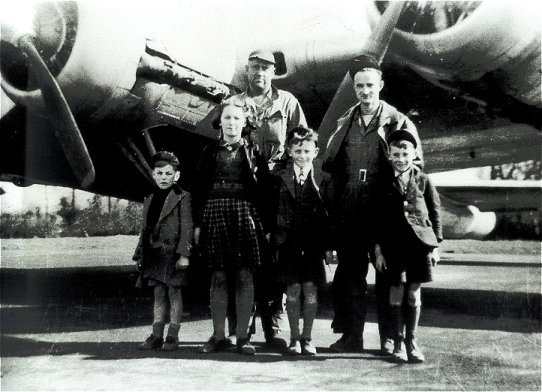 RRC001a WW2 USAAF with children.jpg