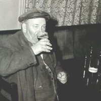 GS074 People,Pubs - eddie copping in Queens Head.jpg