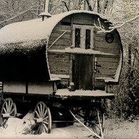 GS014 Places - doggetts gipsey caravan  in winter snow.jpg